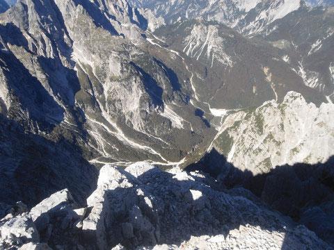 Tiefblick vom Wischberg-Gipfel hinunter in die Spranje