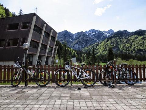 Verdiente Pause nach den Strapazen des übersteilen Aufstieges auf die Dolinza-Alm bei der Pizzeria Lussari in Valbruna