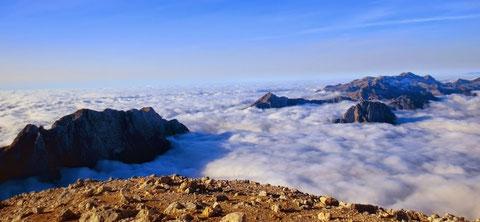 Blick vom Mangart-Gipfel Richtung SW - rechts die Kanin-Gruppe