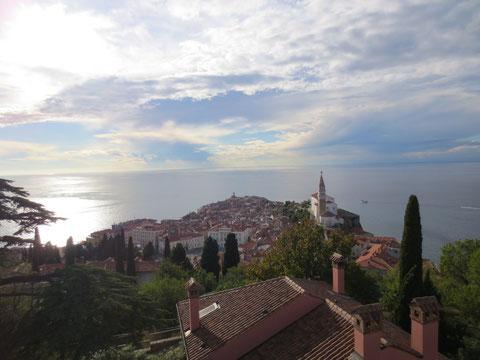 Blick von der Stadtmauer über die Halbinsel von Piran - am Horizont die obere italienische Adria mit den Touristenhochburgen Bibione, Lignano und Grado