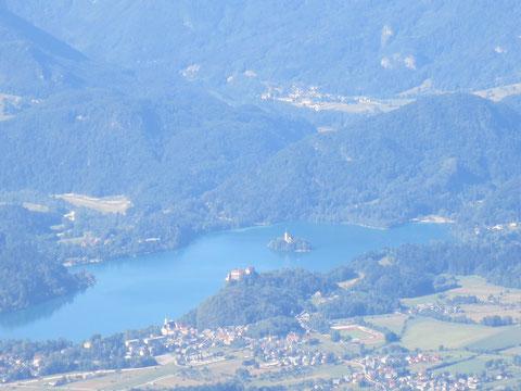 Der Bleder See (Veldeser See, slow. Blejsko jezero) mit Insel und Wunschkirche und der Bleder Burg, vom Hochstuhl 2.236m aus gesehen