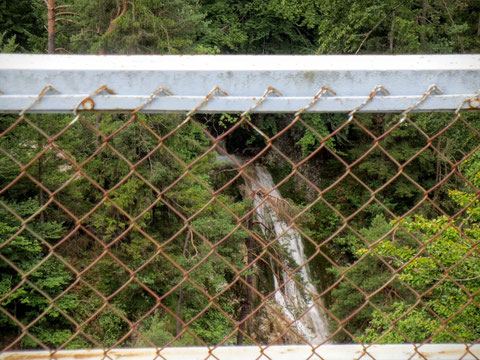 Versteckter Blick auf den einst vielgerühmten Wasserfall in der Schlitzaschlucht (vor 100 Jahren führte ein Steg vom anderen Ufer direkt unter den Wasserfall)