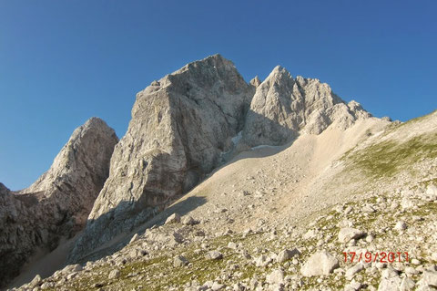 """Der Jalovec beim Aufstieg aus der Planica, auf der linken Seite gut sichtbar das legendäre """"Kugy Colouir"""""""