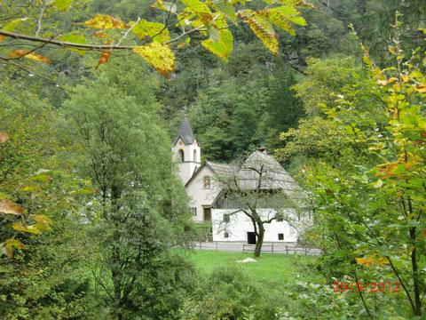 """Das Haus der Familie Tozbar - """"Das Haus der weichen Herzen"""" neben dem Kirchlein Santa Maria di Trenta"""