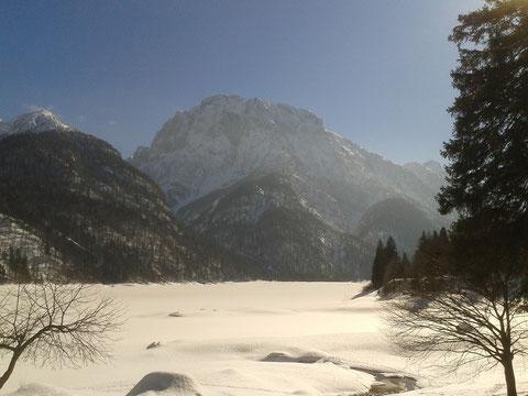 Bei der Rückfahrt Zwischenstopp auf ein Lemon Soda beim schneebedeckten  Raibler See