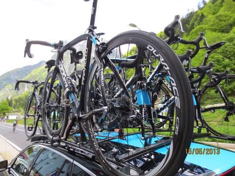 Die Rennräder des Giro-Gesamtzweiten 2013 Rigoberto Urán (im Hintergrund)