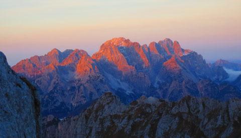 Der Wischberg (Bildmitte) vom Mangart in der spätherbstlichen Morgensonne gesehen - rechts daneben der vielzackige Montasch