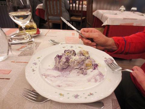 Mirko probiert ein sensationelles Gericht von der historischen Napoleonkarte: Gnocci mit Ricotta und Forellen überzogen mit Heidelbeeren