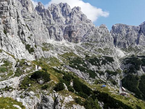 Traumhafte Felskulisse der Wischberggruppe - links unten die Corsi-Hütte (Rifugio Corsi)