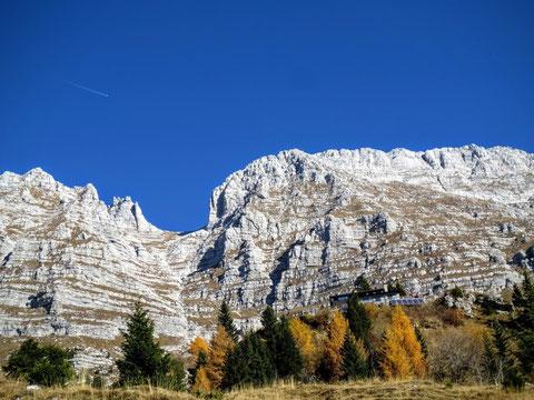 Die Brazza-Hütte im Herbst 2015 vor der Kulisse des Cima di Terrarossa 2.240 m
