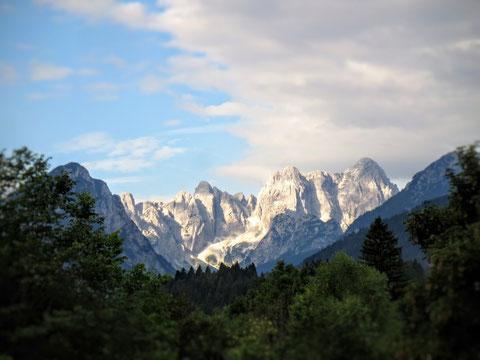 """Die ersten Sonnenstrahlen erleuchten den """"strahlendsten Berg der Julischen Alpen"""" - den Wischberg"""