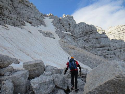 Beim Einstieg in den Klettersteig erwarten uns die ersten Schneefelder