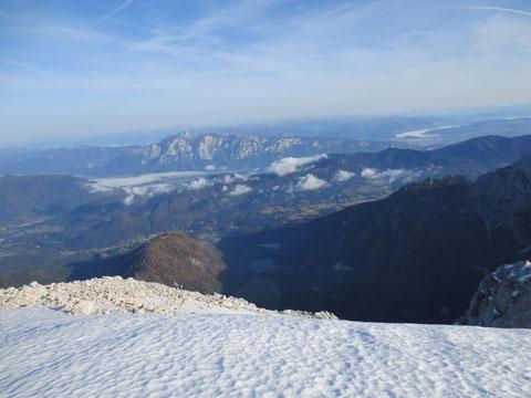 Tiefblick zu den noch im Schatten liegenden Weissenfelser Seen, im Hintergrund der Dobratsch