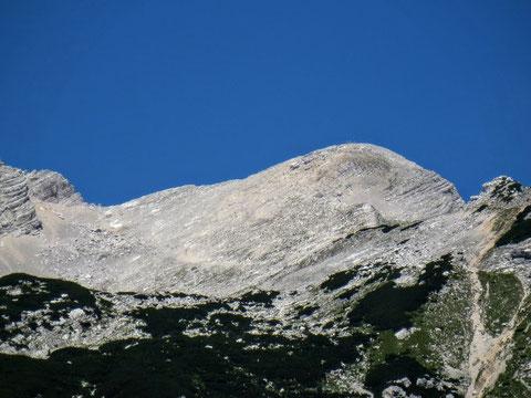 Bergsteiger beim Abstieg von der beliebten Bergtour von der Mojstrovka