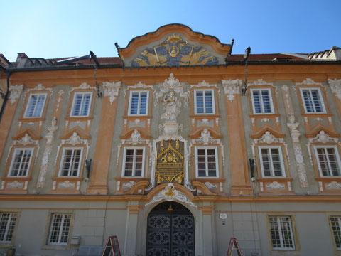Das Rathaus von St. Veit am Hauptplatz mit prunkvoller Barockfassade