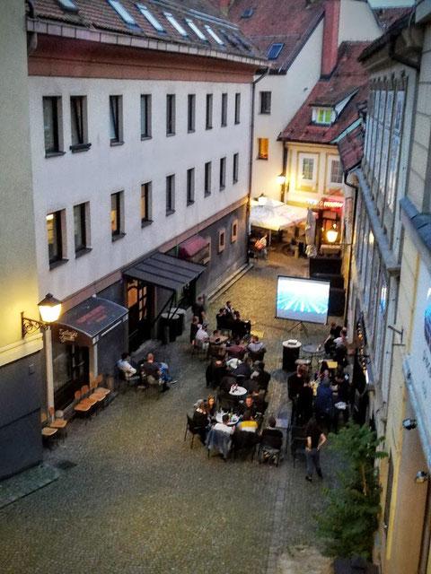 Überall in den Gassen von Maribor wird das Fussball-Champions-League Finale übertragen