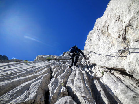 Gesteinsformen, die an ein Felsriff erinnern (Die Karnischen Alpen gehören zu den 100 wichtigsten geologischen Regionen der Erde!)