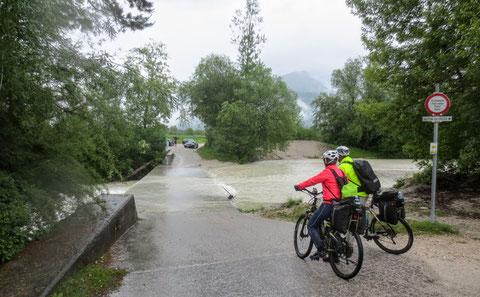 Bei Ferlach führen der Grieß- und der Waidischbach Hochwasser - wir müssen den Umweg durch die Stadt Ferlach nehmen