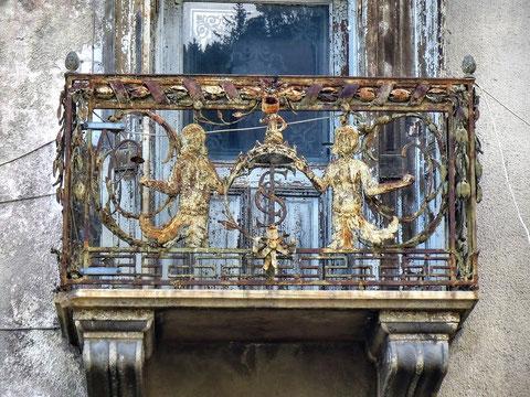 Balkon am Palais Struggl mit den Initialien des 1852 verstorbenen Besitzers Cyprian Struggl