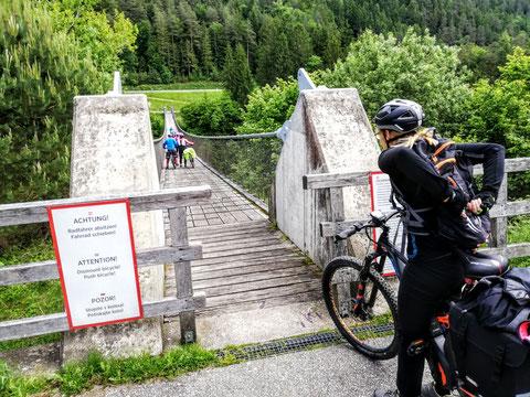 Die 2003 eröffnete Hängebrücke St. Luzia / Aich bei Bleiburg ist 140 Meter lang und führt in einer Höhe von 58 Meter über den Feistritzbachgraben