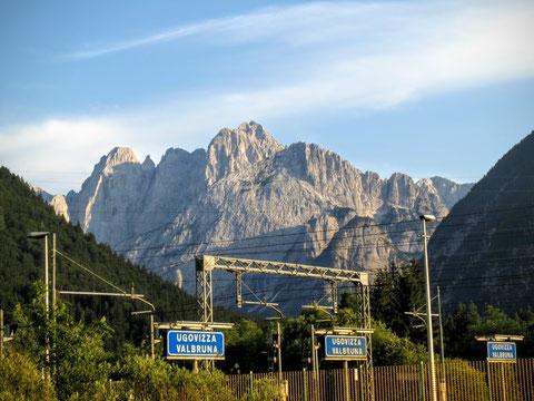 Herrlicher Blick im Abendlicht vom Bahnhof Ugovizza Valbruna auf die Wischbergruppe