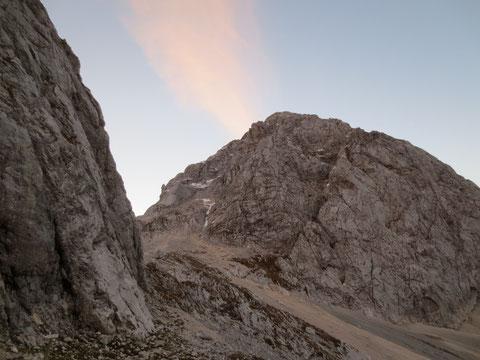 Mittig durch die deutlich sichtbare Verschneidung  verläuft der Slowenische Klettersteig duch die Westwand des Mangart