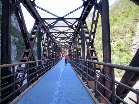 Die historische Eisenbahnbrücke Ponte di Chiusa in Chiusaforte