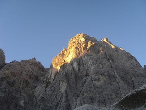 Die ersten Sonnenstrahlen des neuen Tages grüßen den Wischberg (Nordseite)
