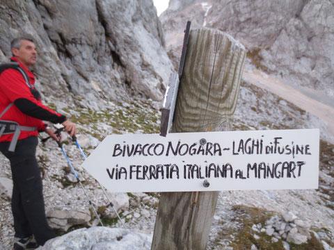 Hier steigt man zum italienischen Klettersteig ab, der durch die ausgesetzte Nordwand auf den Gipfel führt - wir entscheiden uns heute für den Slowenischen Klettersteig durch die Westwand