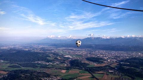 Wunderbarer Blick über Klagenfurt (in der Bildmitte der Flughafen) und den Karawanken im Hintergrund