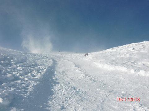 Immer wieder wirbeln Windböen den frischen Schnee durch die Luft