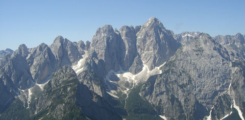 Die Wischberggruppe von Norden, vom Steinernen Jäger (Cacciatore) 2.071m aus gesehen - links neben dem Gipfelaufbau deutlich zu erkennen die Nordostschlucht