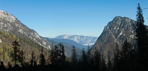 Blick zurück zwischen Steinernen Jäger und Königsberg über das Kaltwassertal auf den Dobratsch