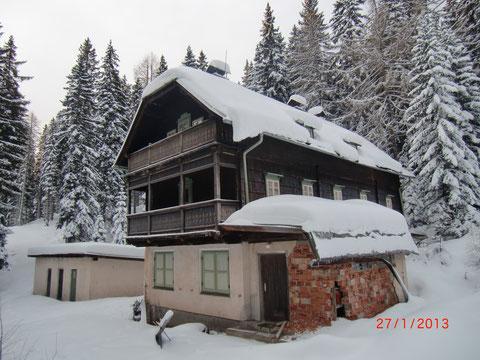 Die dem Verfall preisgegebene Ottohütte im Winter 2012/13