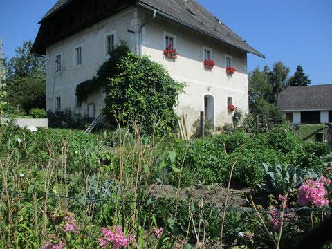 Wunderbarer Bauerngarten wie anno dazumal vor dem Pfarrhaus in St. Michael