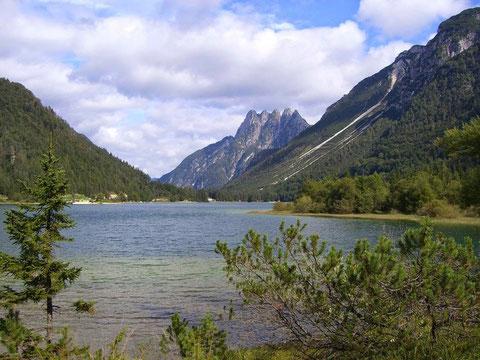 Blick von der gegenüberliegenden Seite - Der Raibler See (Lago del Predil) mit Fünfspitz (Cinque Punte)