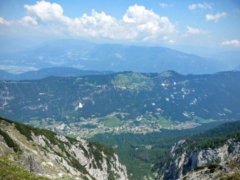 Blick vom Gipfel hinunter nach Norden ins Bleiberger Hochtal (Bad Bleiberg mit Erzberg im Hintergrund)