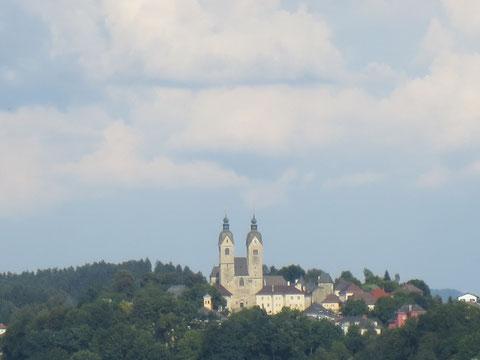 Blick hinüber zum Dom von Maria Saal