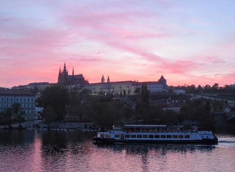 Blick über die Moldau zur Prager Burg bei Sonnenuntergang
