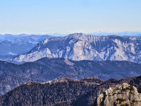 Gezoomter Blick von der Forca de lis Sieris auf den Luschariberg mit Kirche und unserem Dobratsch im Hintergrund