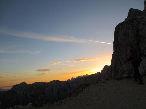 Über den Sattel erblickt das Auge zum ersten mal die Idylle der malerisch gelegenen Weissenfelser Seen am Fuße der Mangart-Nordwand
