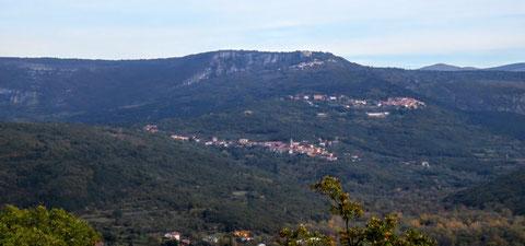 Blick zurück - auf dem gegenüberliegenden Bergrücken des Monte Carso waren wir gestern - dort haben wir unsere 10 Zustatzkilometer gemacht...