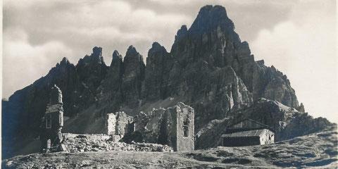 Die im 1. Weltkrieg durch die italienische Artillerie vollständig zerstörte Dreizinnenhütte  (DAV) - Sepp Innerkofler beobachtete das Inferno vom Paternkofel (im Hintergrund) aus