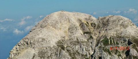 Der vielbesuchte Mangart-Gipfel vom Jalovec aus gesehen