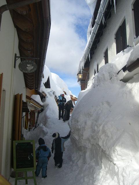 Meterhoch Schnee vor den Gasthäusern in der Gasse am Luschariberg