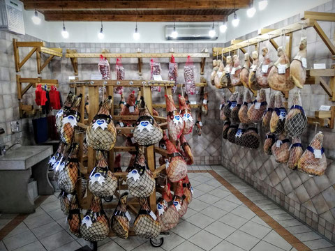 Verkaufsraum neben der Karstschinkenfabrik Lokev na Krasu