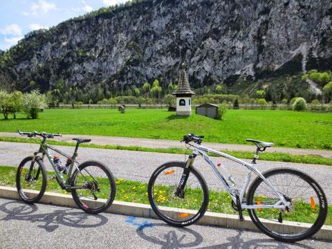 Beim ehemaligen Bahnhof in Uggowitz, direkt davor der Alpe-Adria Radweg (von Salzburg nach Grado)