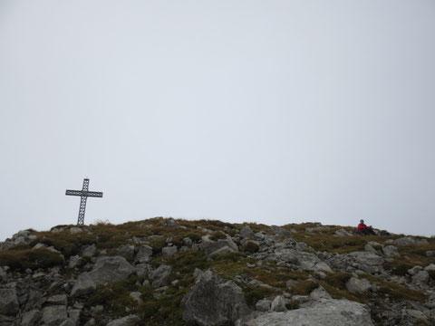 Einsame Gipfelrast am Monte Zermula 2.143m (später am Tag ist es auf diesem beliebten Ziel nicht mehr so ruhig)