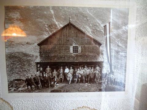 Historisches Foto der im Jahr 1899 eröffneten ersten Osnabrücker Hütte - sie wurde im Winter 1928/29 durch eine Lawine vollkommen zerstört
