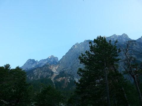 Das heutige Ziel vor Augen - die von hier herunten fast unüberwindbar aussehenden Felswände des Dobratsch